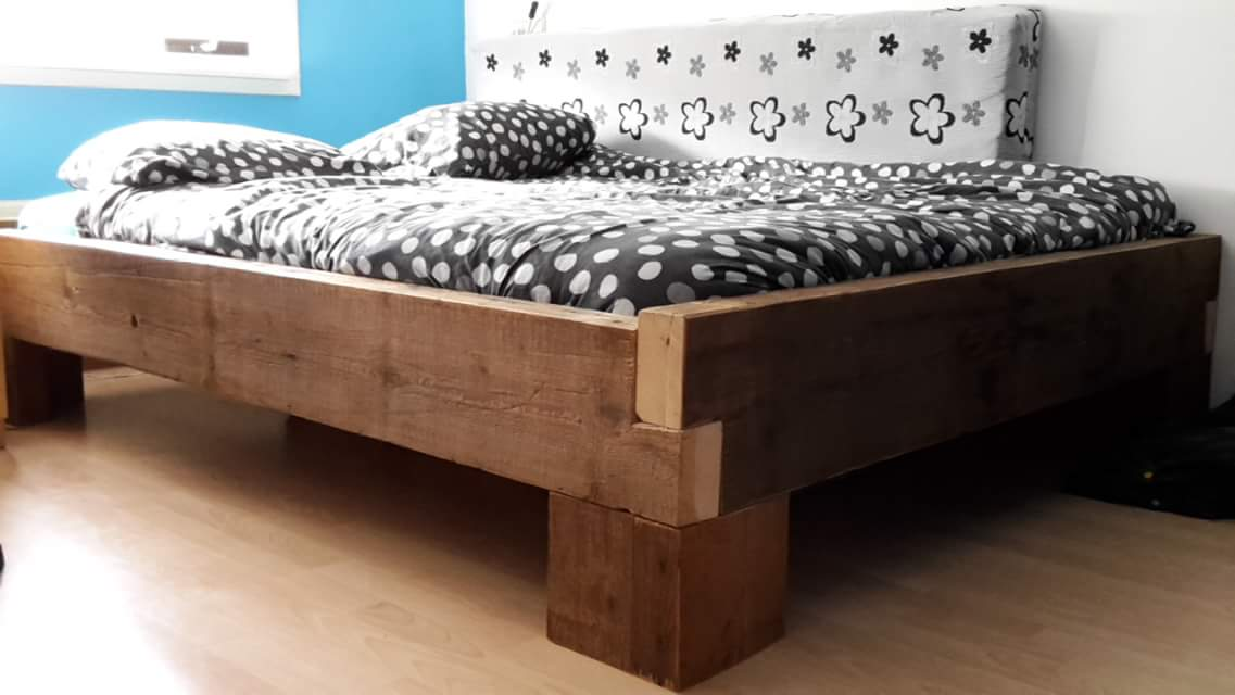 Bed gemaakt van sloophout